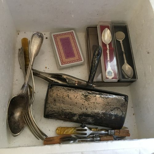 Lot de métal argenté comprenant couverts, chauffe plat  Vendu en l'état