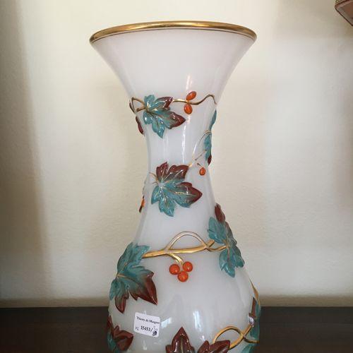 Vase en porcelaine décors de vestales, Style Louis XVI  On y joint un vase  Haut…