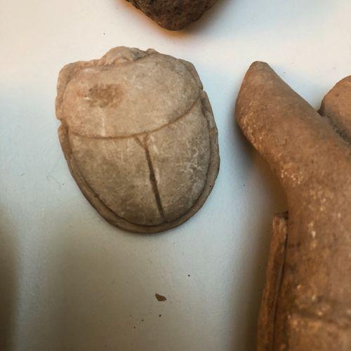 Lot de pièces d'archéologie comprenant : visage en pierre sculptée, tête égyptie…