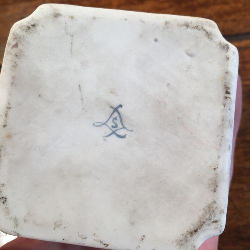 Boite en porcelaine et boite en verre  Hauteur : 7 cm  Vendu en l'état