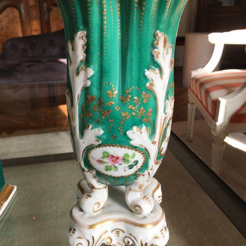 Deux vases en porcelaine de Paris  Le plus grand 14 cm  On y joint un brule parf…