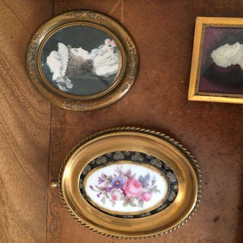 Quatre miniatures, cadres et deux gravures…