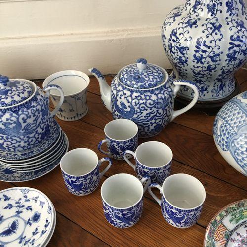 Partie de service dans le gout de la Chine.  Comprenant : deux vases, plats, ass…