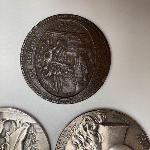 Lot de médailles et pièces en argent comprenant   3 médailles en argent signées …