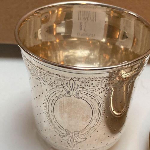 Lot comprenant :  2 tasses et leurs sous tasses en argent, décor repoussé d'une …