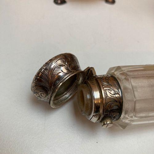 Lot composé :   D'un flacon à sel à deux compartiments en verre taillé, bouchons…