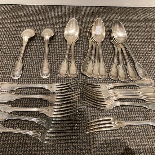 11 fourchettes et 12 cuillères en argent modèle à filet, monogrammé . Poinçon mi…