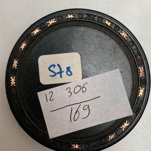 Lot comprenant   Une boite ronde en poudre d'écaille, couvercle orné d'une minia…