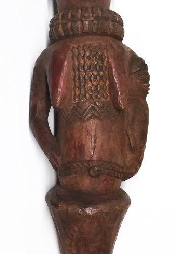 非洲。Kuyu, 刚果民主共和国 一件美丽的古老的多色kebe kebe舞蹈马洛特,装饰丰富,有疤痕,头饰上穿有许多孔,曾经装过羽毛和长纤维,这里有一个可拆卸的…