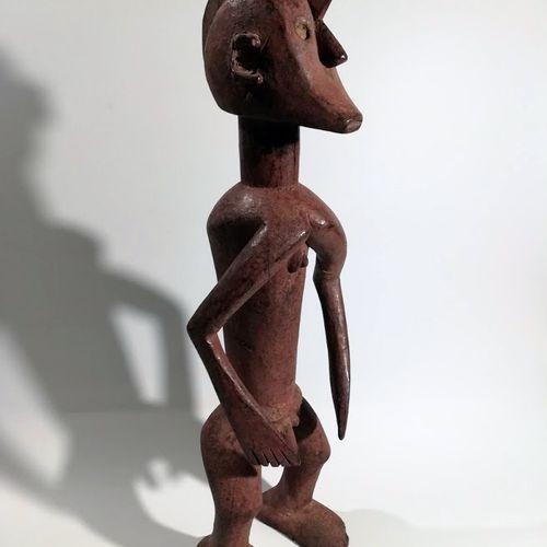 Afrique. Statuette Mama (Nigéria). Bois, pigments. Dimensions : Hauteur approx. …