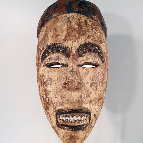 非洲。美丽的伊格博面具特别引人注目,因为它的牙齿非常明显,肯定了它的凶猛,经常在这个以可怕的战士而闻名的民族的雕像中表现出来。高23,5厘米。(非洲, 非洲艺术…