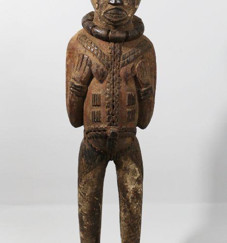 Kuyu, 刚果民主共和国,非洲。库尤雕像的特点是其长长的身体上有大量的疤痕装饰,其浮雕通过多色处理而显得更加突出。覆盖在手臂上的某些图案可以让人联想到蛇皮,一…