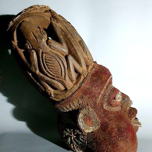 Afrique. Important masque Bamiléké (Cameroun) de parade recouvert de perles. App…