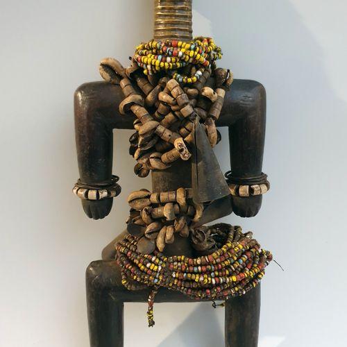 非洲。一个重要的南极人偶,上面覆盖着珠子和装饰性的珊瑚,象征着即将到来的后代的美丽。由铜合金制成的脸表明这个南极人偶属于皇家血统。H. 39CM。(非洲,非洲艺…