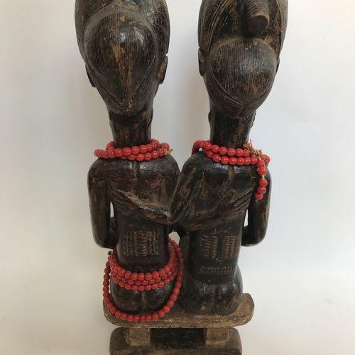 Couple BAOULE (Cote d'Ivoire) avec enfants avec perles rouges H. 46 cm