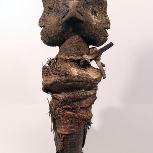 伏都教雕像 贝宁 非洲。强大的Boccio双头雕像(贝宁)。木材、铁、纺织品、祭祀用的青铜器、其他各种材料。高53.5厘米 (非洲,非洲艺术,文明和种族群体)。