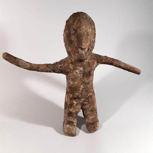 非洲。贝宁。巫毒教。罕见的、耐人寻味的伏都教雕像,具有令人印象深刻的轮廓,覆盖着重要的祭祀铜版。尺寸:高约30厘米。(非洲、非洲艺术、文明和种族群体)。)