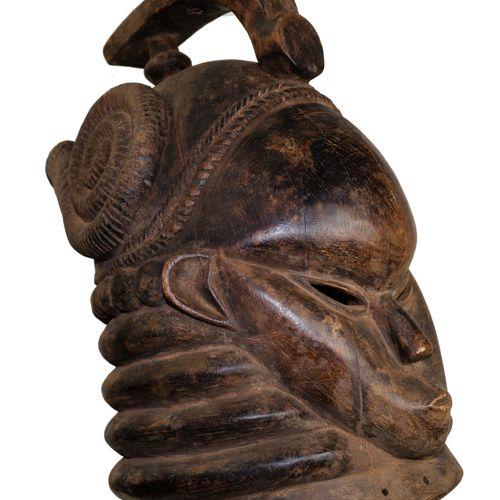 西非。门德斯。重要的头盔面罩。门迪族是一个生活在塞拉利昂、利比里亚和几内亚比绍的民族。他们的人数约为70万,在2至16世纪期间来自苏丹。这种美丽的面具通常由妇女…