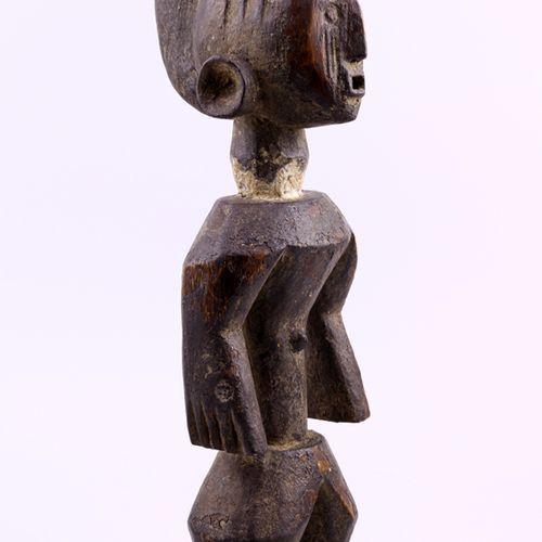 非洲。美丽的Mumuyé雕像,尼日利亚。穆穆耶雕像非常多样化,有时会显示出非典型的特征,这里就是如此。身体和头部之间有明显的区别,被长长的颈部隔开,颈部主导着身…
