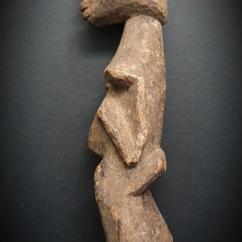 非洲。这个非常漂亮的洛比雕像具有完美的比例和体积,木质致密,雕刻品格高超。高约30CM。(非洲、非洲艺术、文明和种族群体)。)
