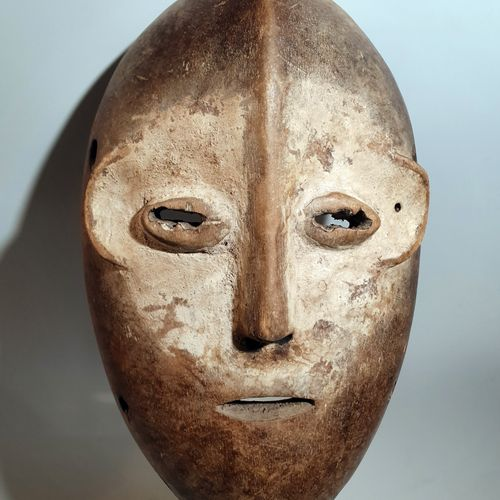 """非洲。乐嘉人生活在今天的刚果民主共和国(前扎伊尔)的基伍省。他们在艰难的环境中以孤立的小社区的形式占据了比比利时更大的地理区域。Legas人将他们的 """"面具 """"…"""