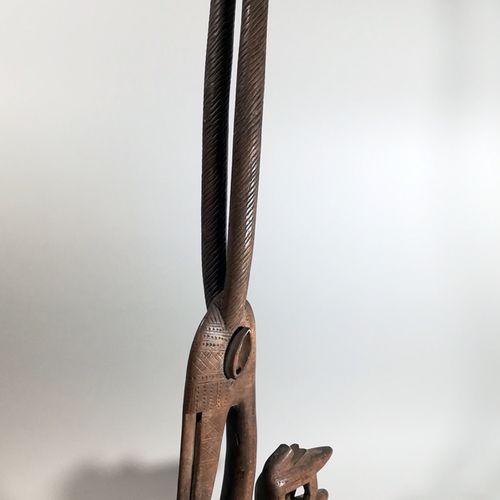 非洲。CIWARAKUN.马里。巴马纳文化和所有非洲艺术中最容易识别的作品之一是CI WARA羚羊头饰。作为一个主要以农业为生的社会,BAMANA的男人和女人都…