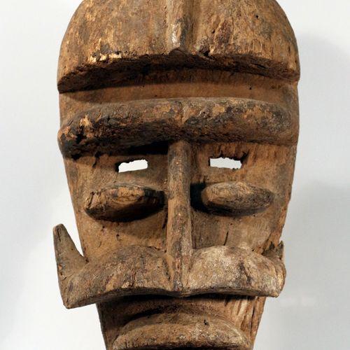 Glé战士面具 Bété(象牙海岸)非洲。格莱武士的面具 象牙海岸的贝特。罕见而美丽的腐蚀面具。这个象牙海岸面具的特点是额头呈半盔状。在外翻的额头下,面部特征对…