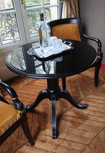 Guéridon rond quadripode en bois laqué noir. Style Restauration. H: 79 cm Diam.…