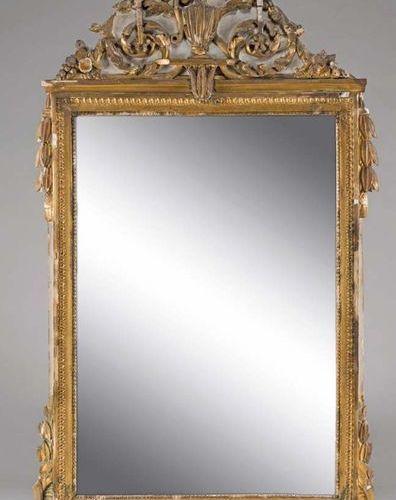 Glace rectangulaire, l'encadrement en bois sculpté et doré sur fond laqué gris à…