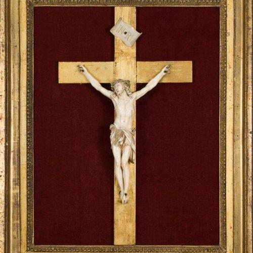 Crucifix en ivoire, la tête du Christ inclinée vers la droite, les yeux mi clos …
