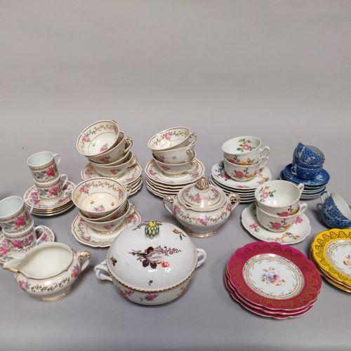 Un lot de vaisselle comprenant :   6 tasses et sous tasses en porcelaine à décor…
