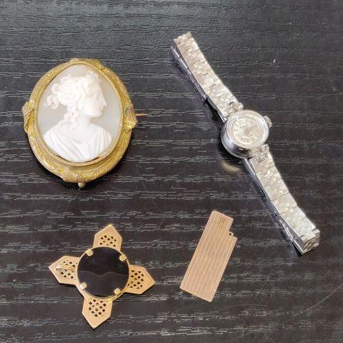 Lot de bijoux fantaisie avec montre de dame, pendentif et broche camée