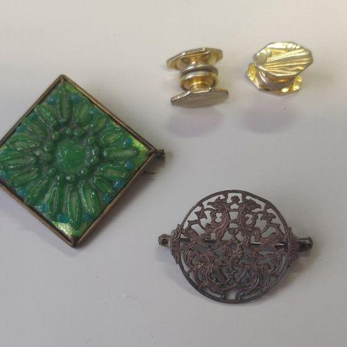 Lot comprenant une paire de boutons de plastron style Art Déco, une broche émail…