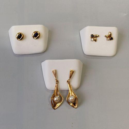 Trois paires de boucles d'oreilles en or jaune750/1000 comprenant des pendants a…