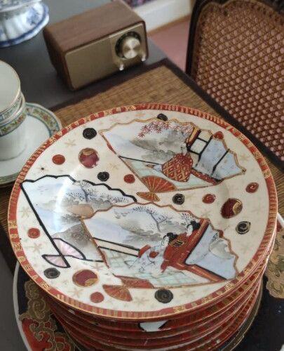 SATSUMA, suite de onze assiettes à dessert en porcelaine à décor de personnages,…