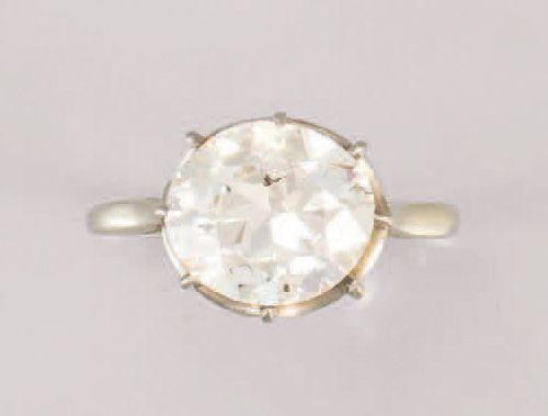 Bague en or gris (750/1 000e) et platine (850/1 000e), ornée d'un diamant rond d…