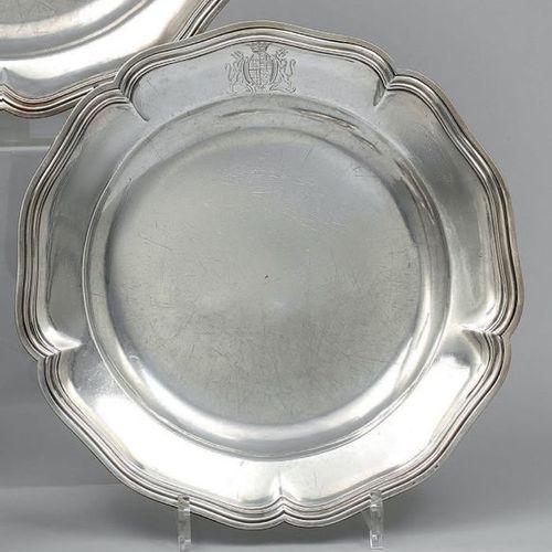 Deux plats ronds en argent uni modèle filets contours, l'aile timbrée d'armoirie…