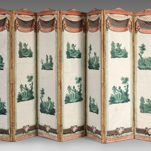 Paravent à sept feuilles cintrées ornées de papier peint décoré de passementerie…