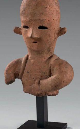 JAPON Époque Kofun (250 538) Haniwa, buste en terre cuite, une main devant le to…