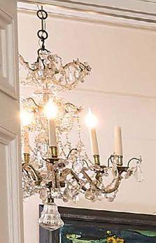 Lustre en bronze à six lumières, orné d'enfilages de perles de verre facettées e…