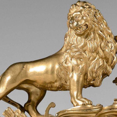 Paire de chenets en bronze redoré ornés de lions héraldiques sur une base rocail…