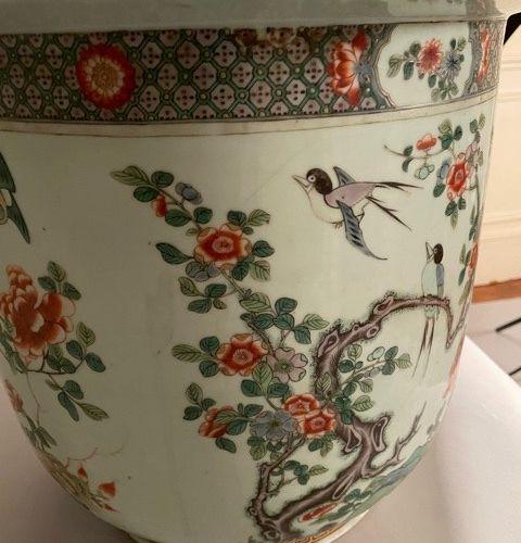 Grand cache pot en porcelaine de Chine orné d'oiseaux et de branchages polychrom…