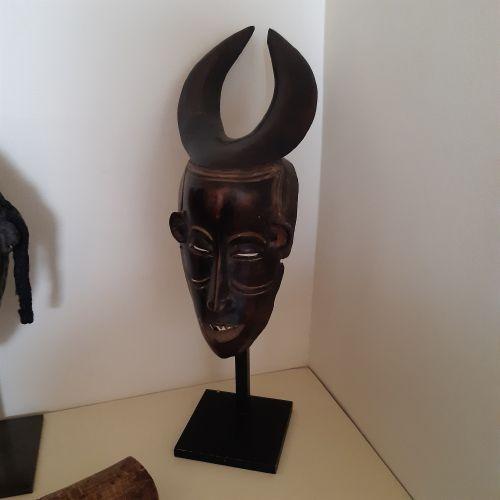 Masque Gouro, Côte d'Ivoire. Bois à patine brun foncé à noire. (Accidents). Haut…