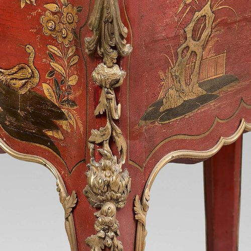Petit bureau de pente en laque rouge et or à décor chinois au vernis Martin, ouv…