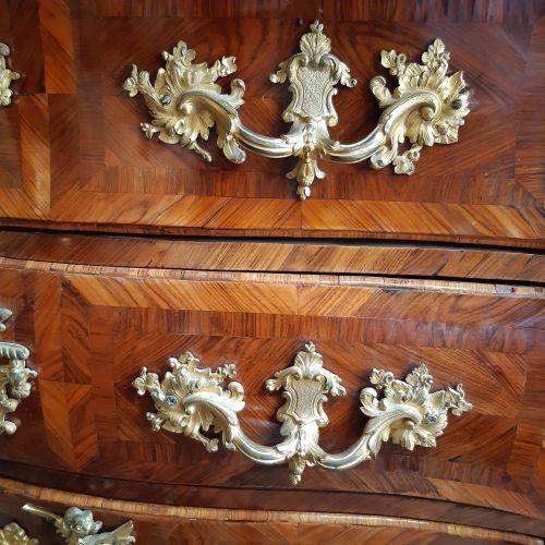 Commode galbée en placage de bois de violette ouvrant à trois tiroirs, celui du …