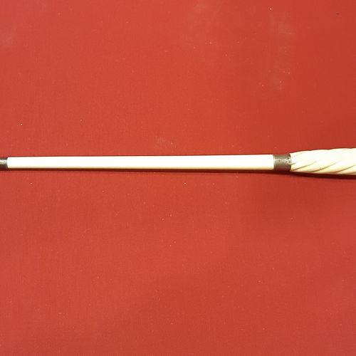 Coffret en acajou contenant une baguette démontable en trois parties en ivoire t…