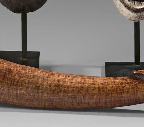 Olifant Tsogho, Gabon. Ivoire à patine miel. Longueur : 52 cm Sculpté à la point…