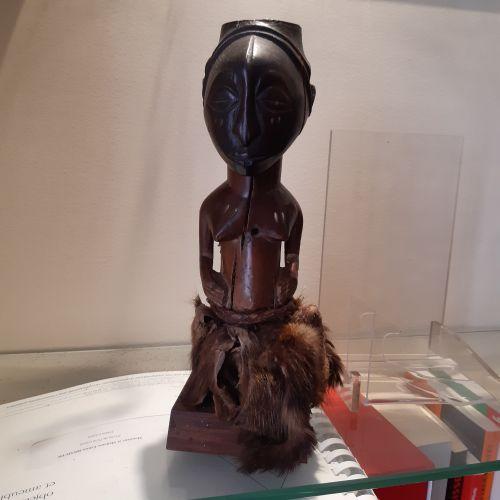 Fétiche nkishi Songye, République Démocratique du Congo. Bois à patine brune à n…