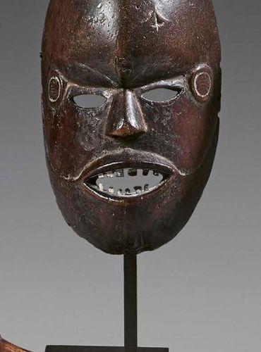 Masque Boki, Nigeria. Bois à patine brune, métal. (Accidents). Hauteur : 19,5 cm…