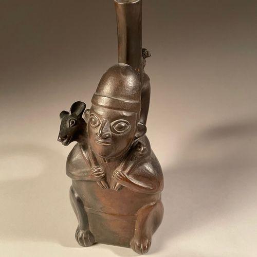 Vase représentant un personnage portant un cervidé. Culture Chimu, Nord du Pérou…
